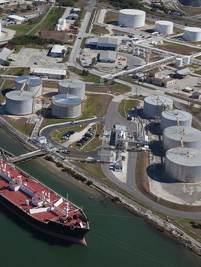 Mejoras en operaciones de separación de crudo y gas con soluciones de caudal