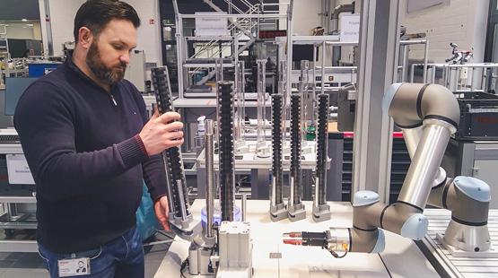 Roboterarm aus der Industrie als Hilfe in der manuellen Montage